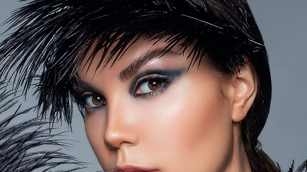 woman-dark-contacts